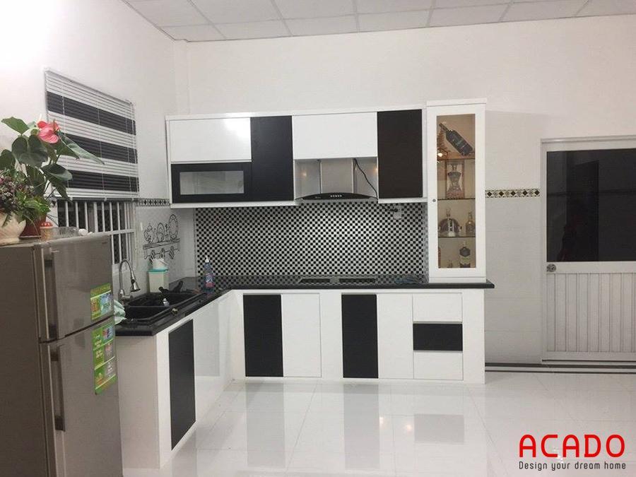 Mẫu tủ bếp kết hợp đen trắng tinh tế.