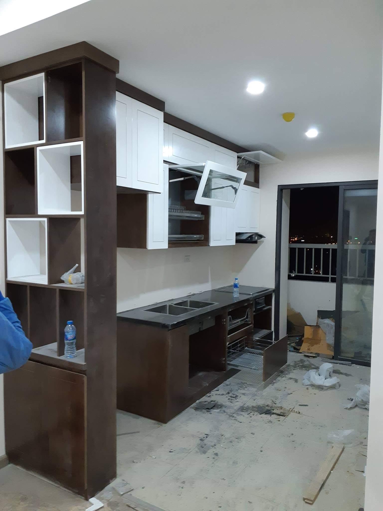 Mẫu tủ bếp kết hợp tủ rượu với thiết kế thông minh.