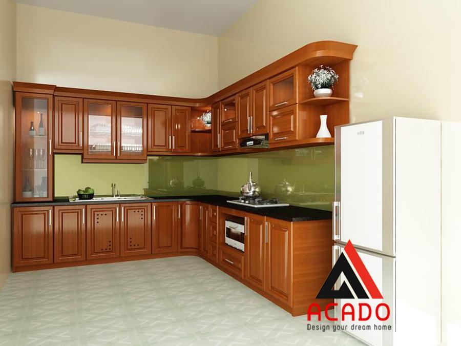 Tủ bếp gỗ xoan đào thiết kế theo dáng chữ L thuận tiện cho việc nấu nướng.
