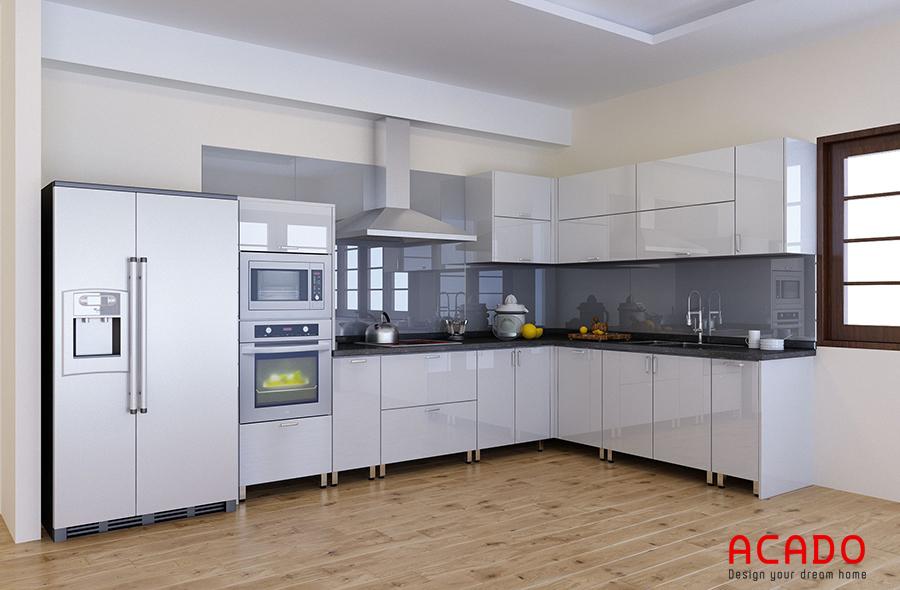 Tủ bếp màu trắng với điểm nhấn kính ốp bàn bếp màu xám đậm.