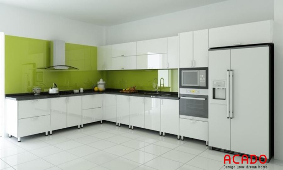 Tủ bếp cánh Melamine màu trắng giúp không gian trở nên rộng rãi hơn nhiều.