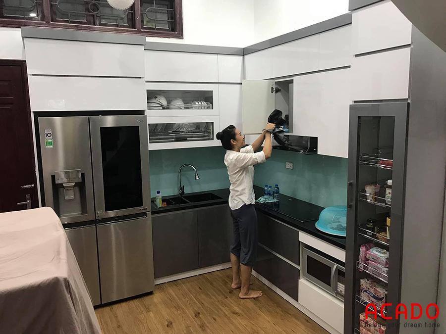 Mẫu tủ bếp Melamine hiện đại, đầy đủ tiện nghi.