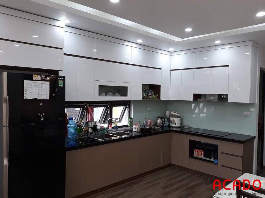 Mẫu tủ bếp hiện đại, đầy đủ tiện nghi với thiết kế thông minh.