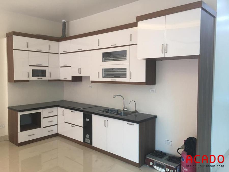 Tủ bếp chữ L kết hợp trắng đen.