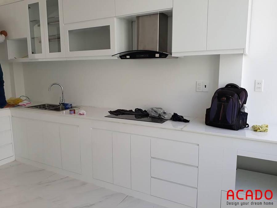 Cận cảnh tủ bếp Melamine màu trắng tinh tế, hiện đại.