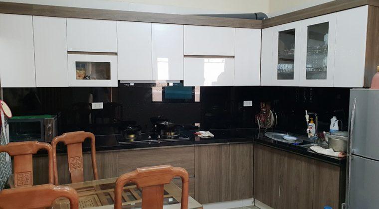 Tủ bếp Melamine cá tính với kính ốp bếp màu đen - ACADO.VN
