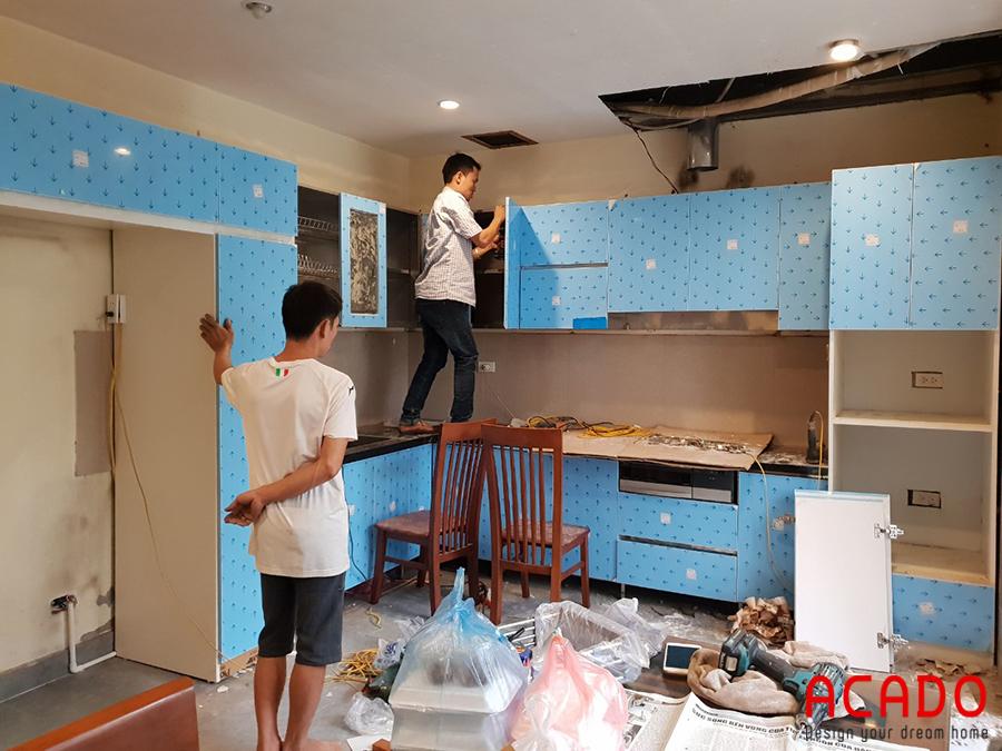 Đội ngũ thợ với kinh nghiệm làm nghề dày dặn hăng say thi công tủ bếp.