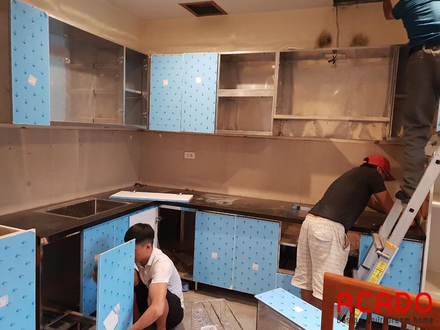 Tủ bếp được hiết kế dáng chữ L tận dụng tối ưu không gian .