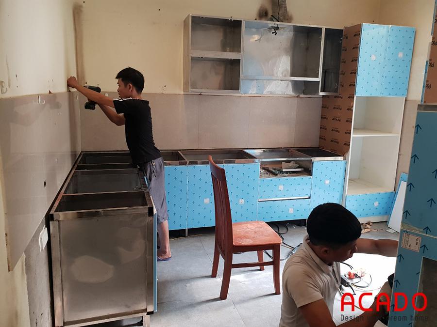 Tủ bếp làm bằng thùng inox không han rỉ, ẩm móc.
