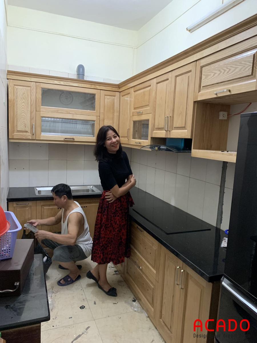 Gia đình chị Thủy rất hài lòng với căn tủ bếp đang lắp đặt của mình.