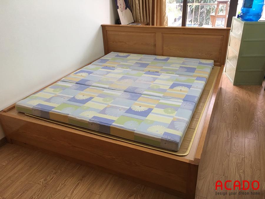 Giường ngủ chất liệu gỗ sồi.