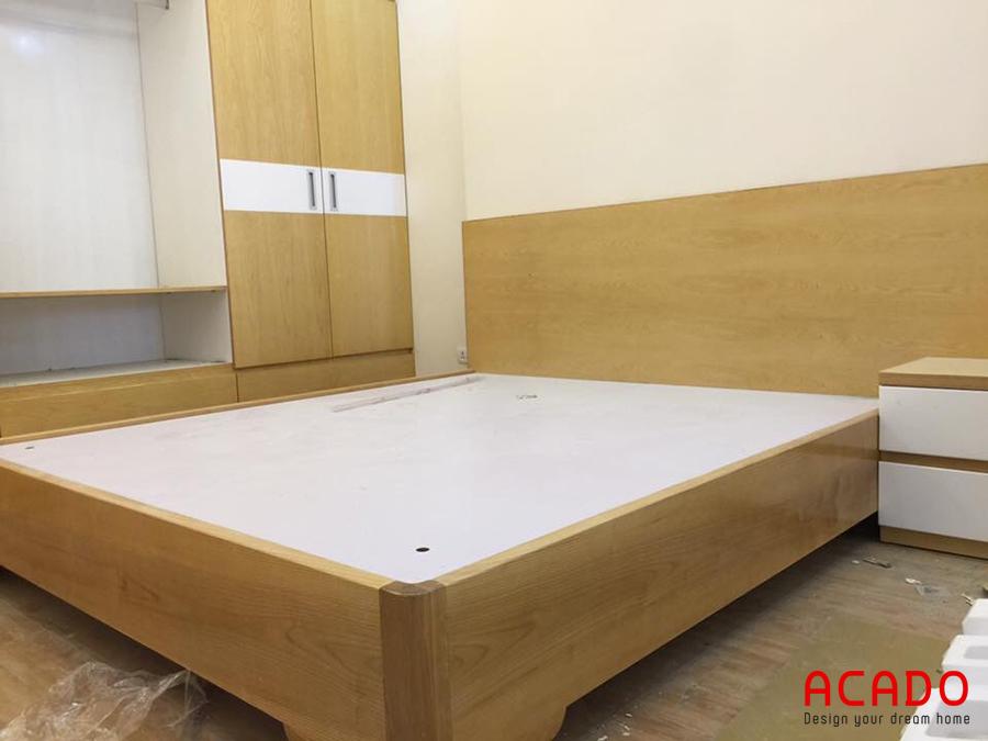Mẫu giường gỗ đẹp đơn giản màu vàng nhạt.