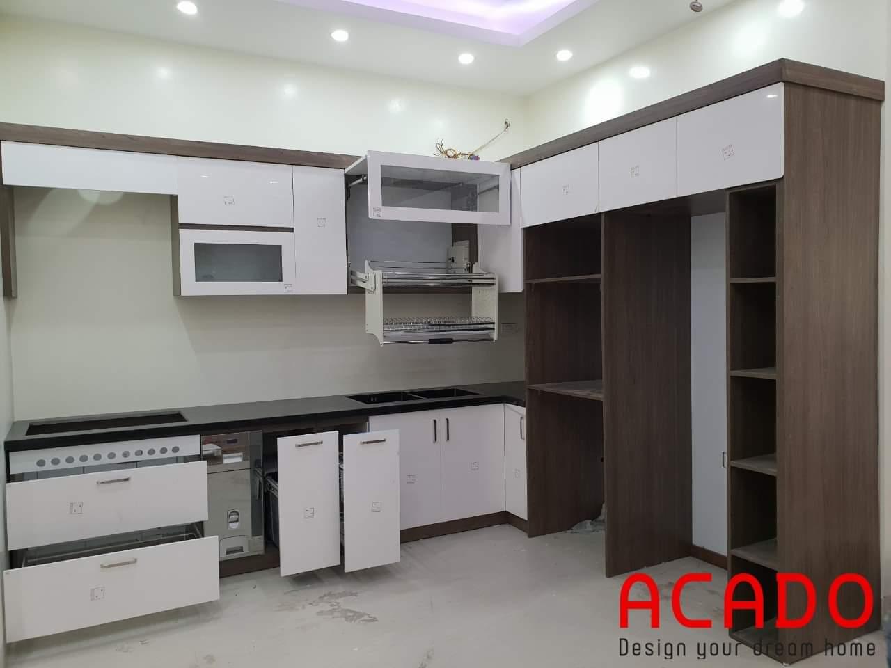 Tủ bếp với phụ kiện tiện nghi.