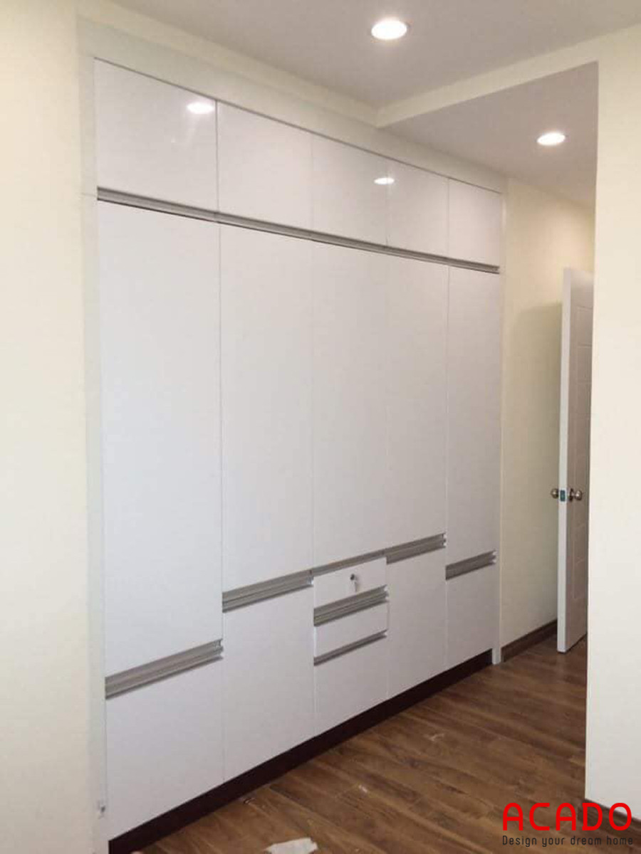 Mẫu tủ quần áo âm tường màu trắng.