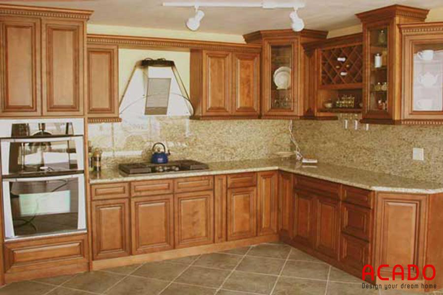 Tủ bếp gỗ gõ dáng chữ L thuận tiện nấu nướng.