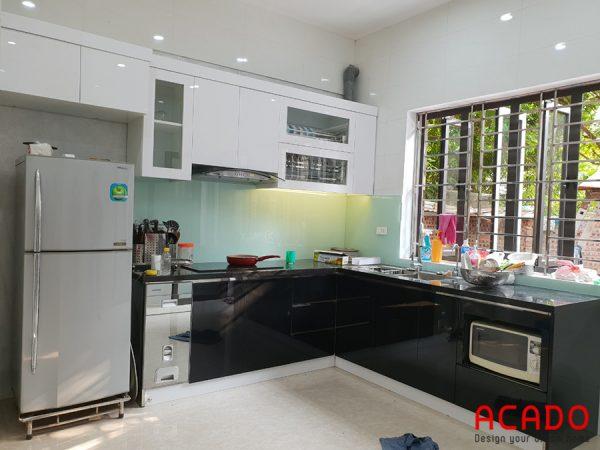 Tủ bếp với chất liệu thùng tủ inox 304 , cánh Acrylic trắng đen hiện đại - ACADO thi công tại Cầu Bươu, gia đình chị Nhung