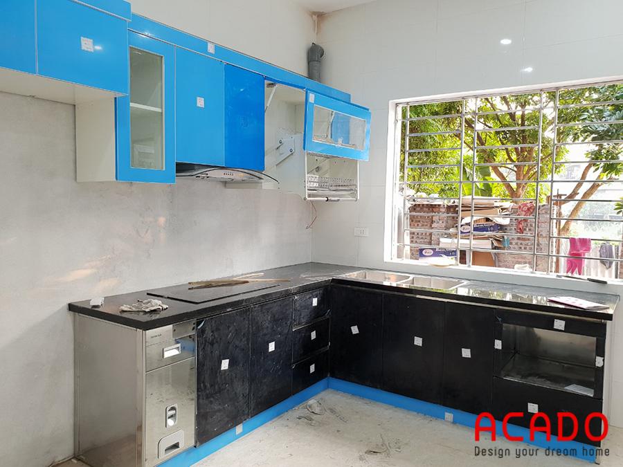 Tủ bếp với giá bát nâng hạ.