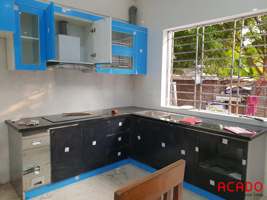 Tủ bếp được thiết kế thông minh, tiện nghi, phụ kiện hiện đại.