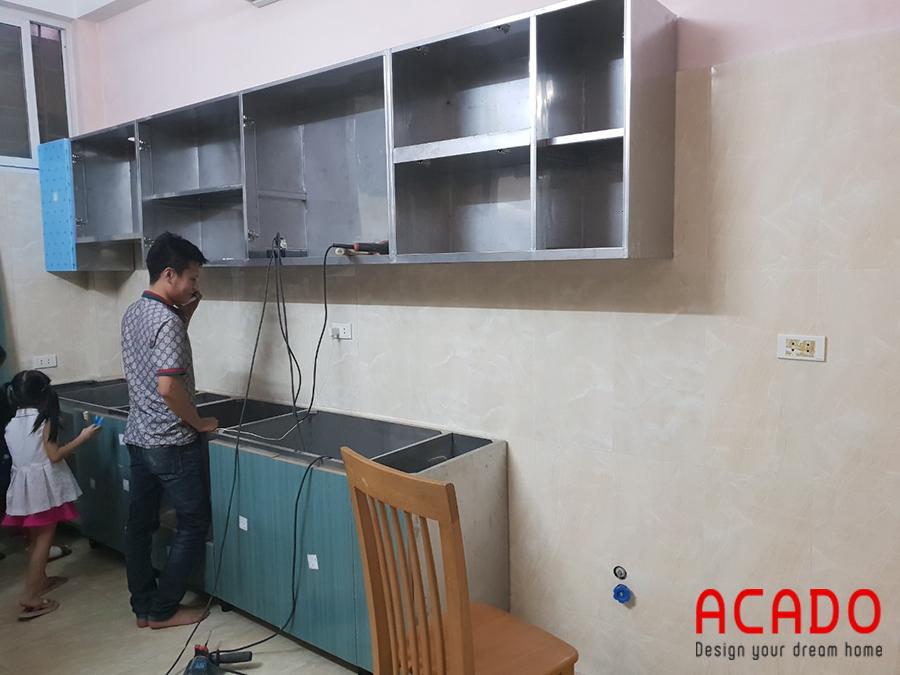 Phần khung và thùng tủ bếp thi công bằng chất liệu inox không han rỉ, ẩm mốc.