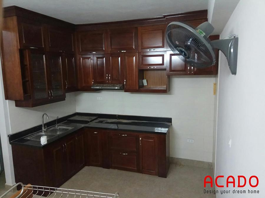 Mẫu tủ bếp gỗ xoan đào tận dụng tối đa không gian góc.