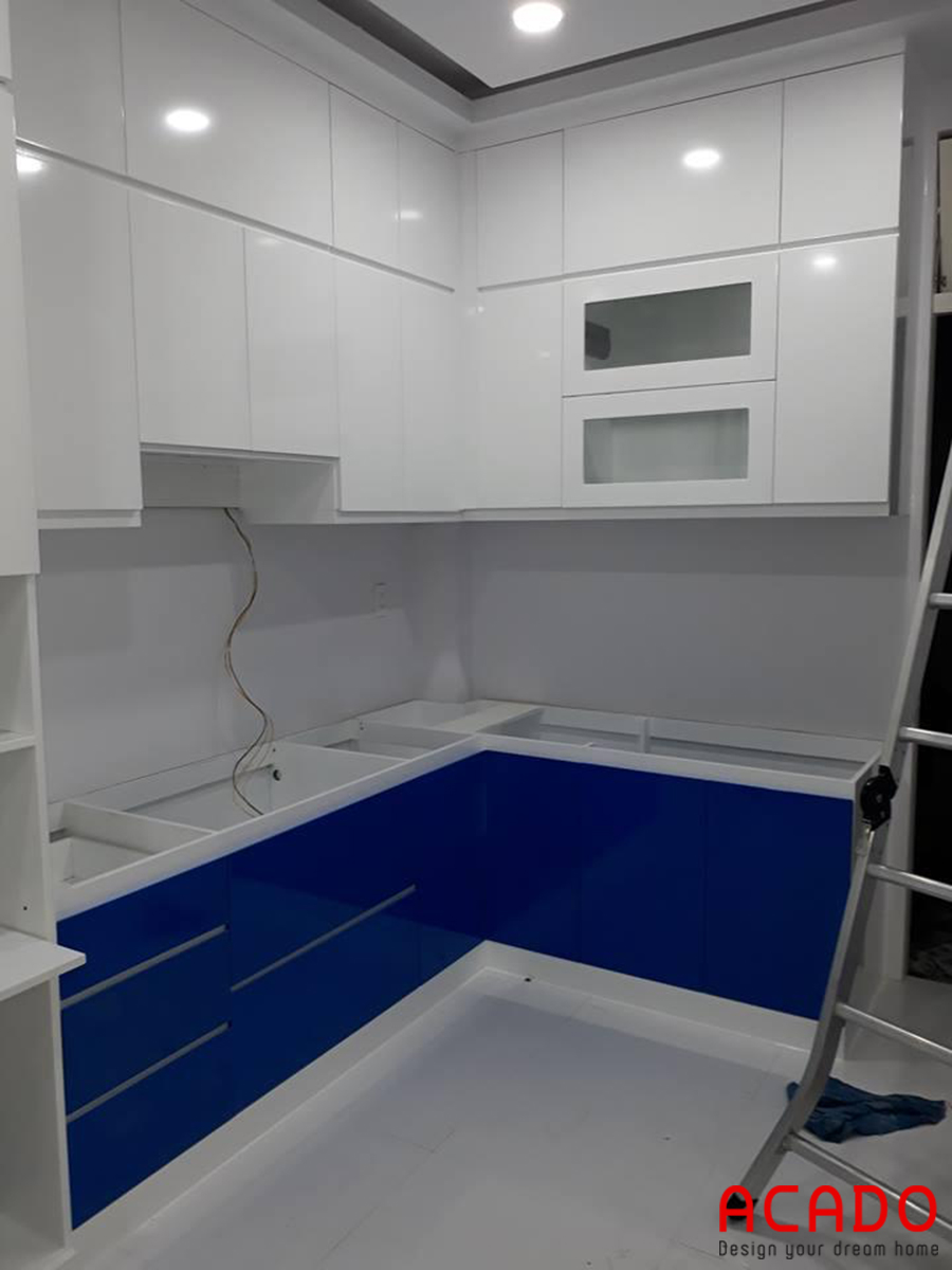 Mẫu tủ bếp Acrylic kết hợp trắng xanh.