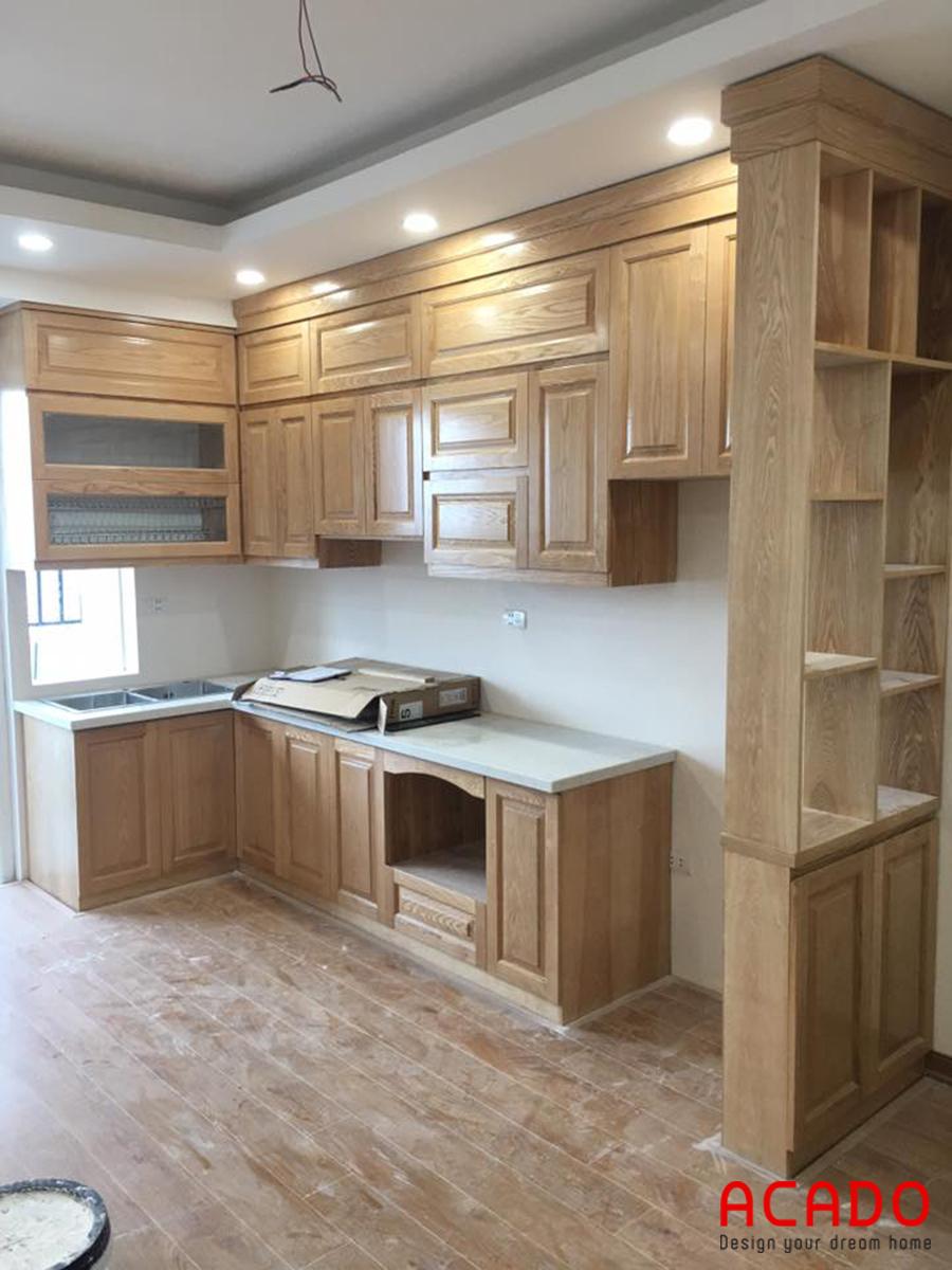 Mẫu tủ bếp gỗ sồi với thiết kế dáng chữ L.