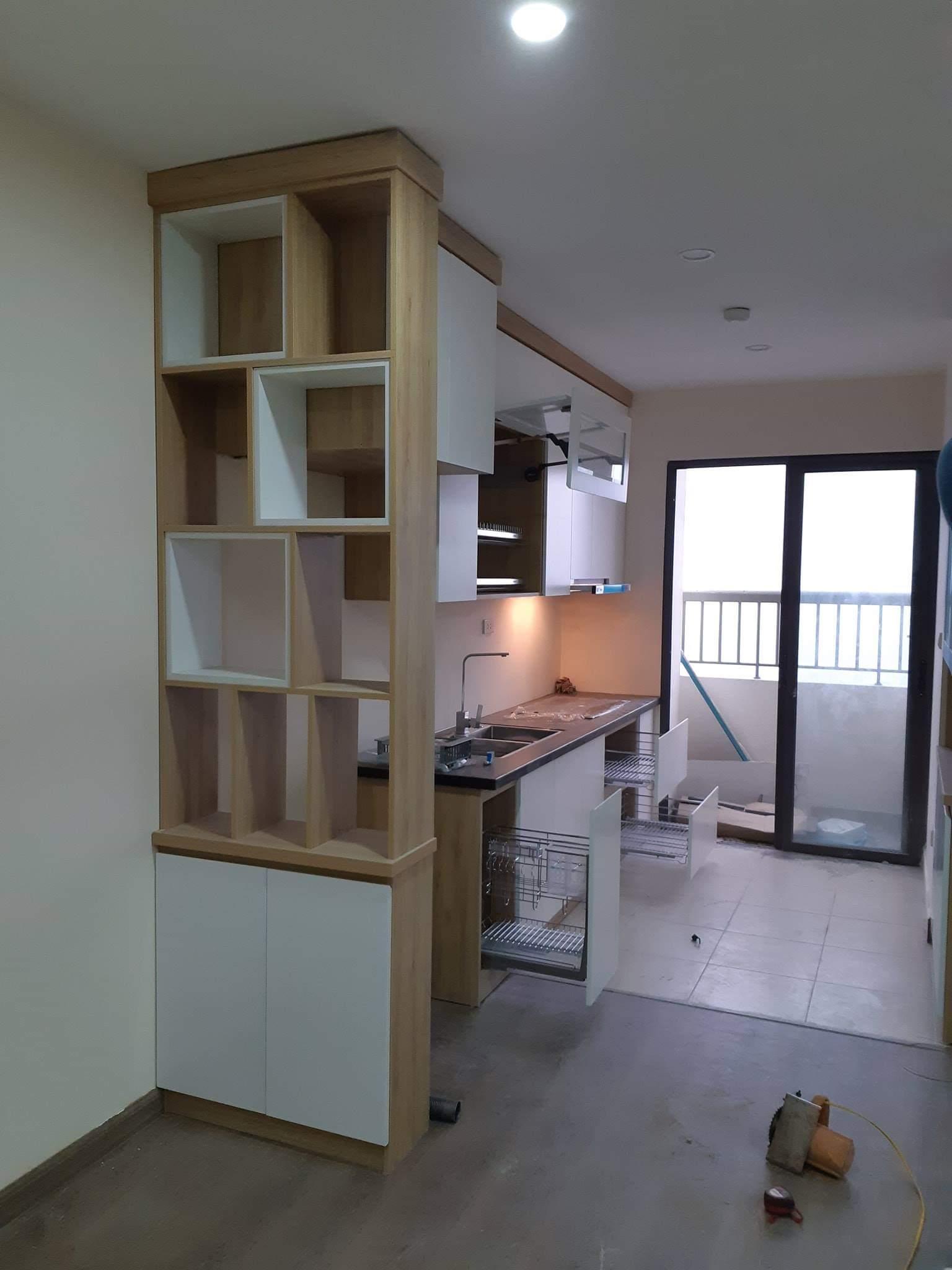 Mẫu tủ bếp với thiết kế đầy tiện nghi kết hợp với tủ rượu đẹp mắt.