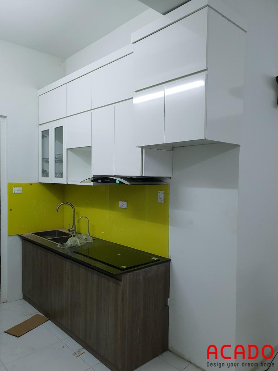 Mẫu tủ bếp kết hợp tủ trên màu trắng với tủ dưới màu vân gỗ.