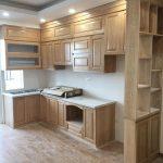 Tủ bếp gỗ sồi nga màu vàng nhạt trẻ trung, hiện đại