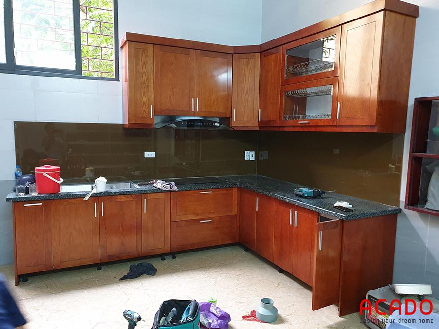 Tủ bếp chữ L phun màu cánh gián.