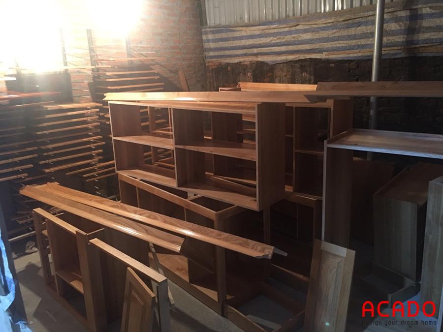 Khu vực thi công gỗ tự nhiên tại xưởng sản xuất.