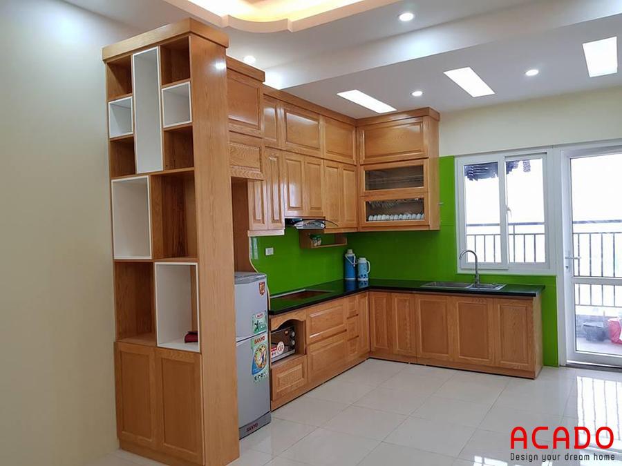 Tủ bếp dáng chữ L thiết kế kịch trần kết hợp tủ rượu.