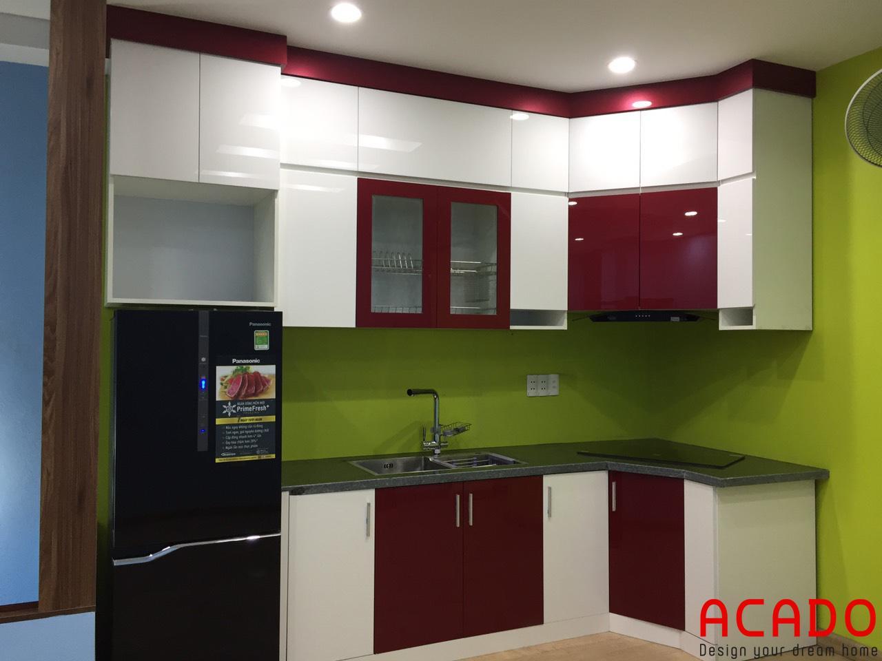 Mẫu tủ bếp kết hợp trắng, đỏ mận trẻ trung.