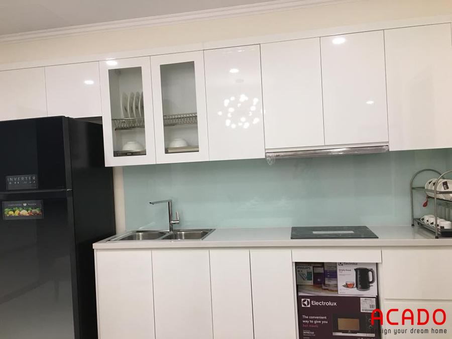 Tủ bếp màu trắng giúp mở rộng không gian bếp.