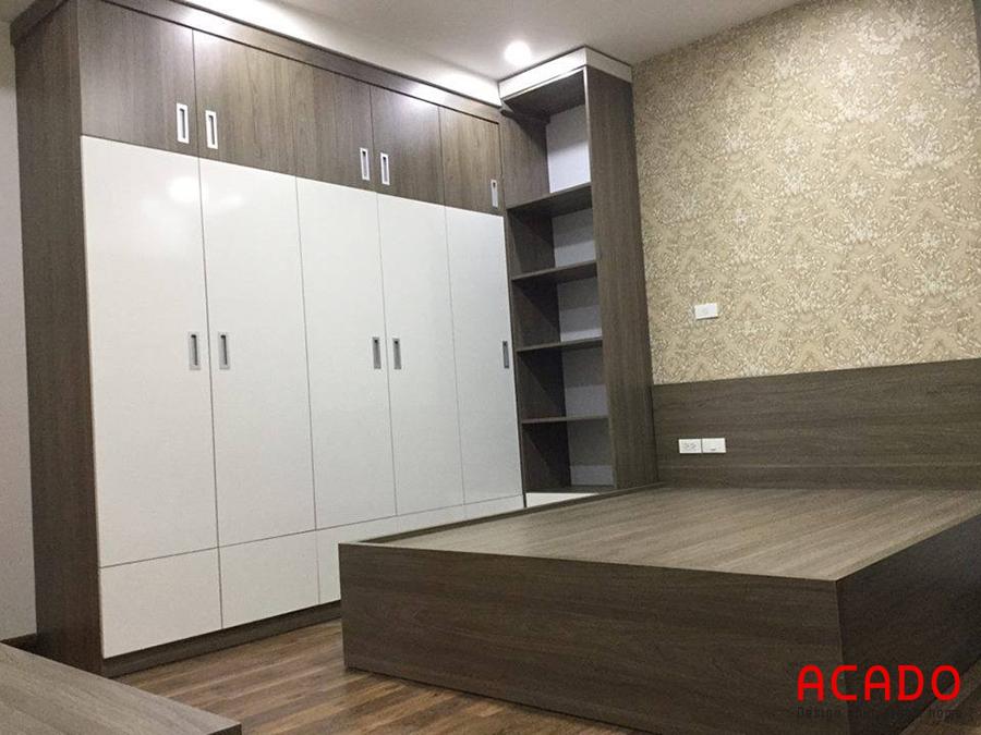 Tủ quần áo kết hợp nội thất trong phòng ngủ cùng tông màu và chất liệu hiện đại và sang trọng.
