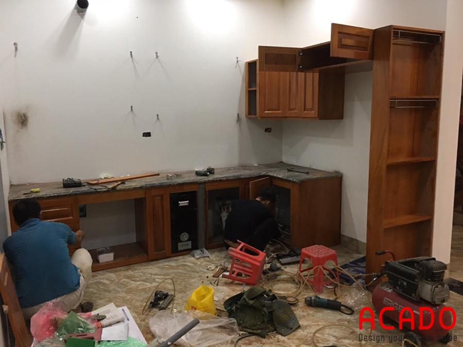 Tủ bếp gỗ gõ đỏ mà ACADO đang trong quá trình thi công.