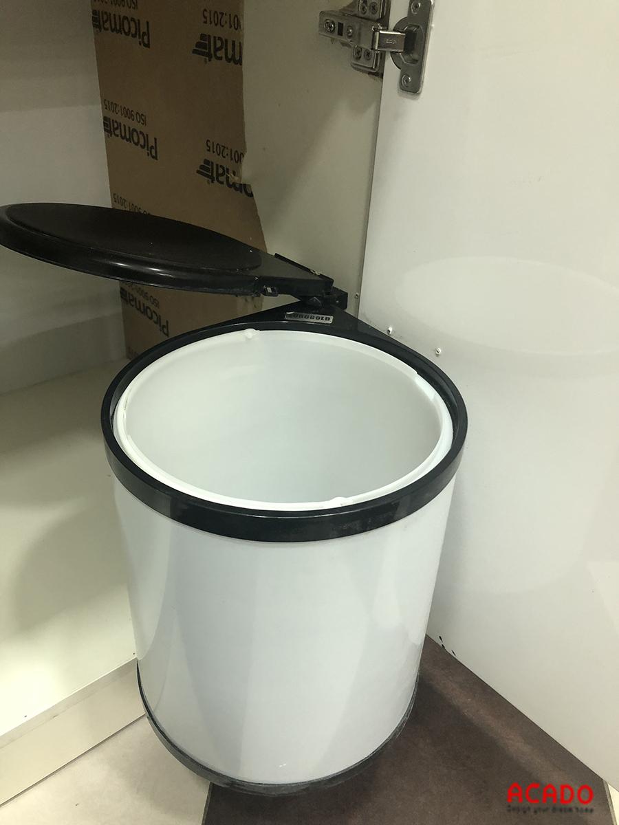 Thùng rác âm tủ Eurogold giúp phòng bếp sạch sẽ, gọn gàng.