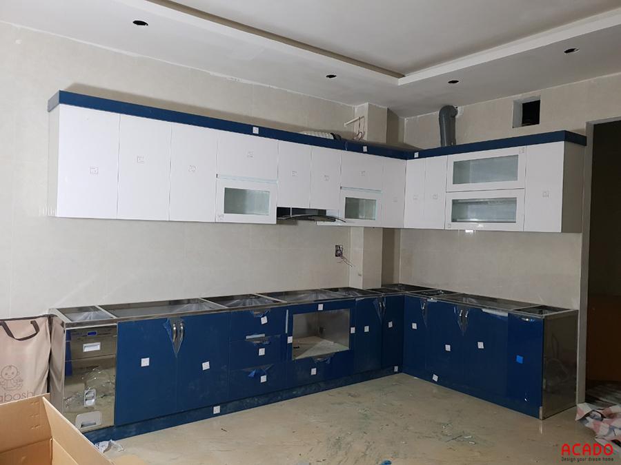 Tủ bếp Acrylic thùng inox 304, bề mặt cánh phủ Acrylic bóng gương bền, đẹp.