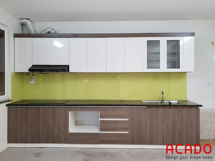 Tủ bếp Lamineate dáng chữ I màu trắng kết hợp màu vân gỗ hiện đại, ấm cúng.