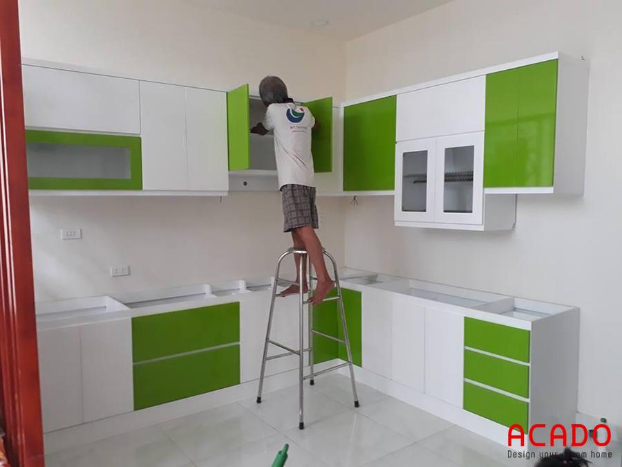 Tủ bếp Melamine tone màu trắng xanh rất bắt mắt và thu hút người nhìn.