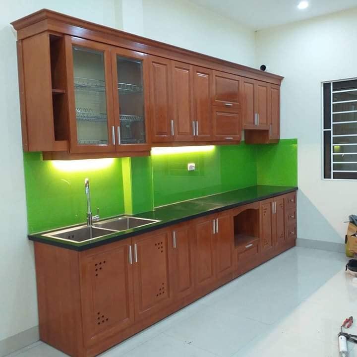 Tủ bếp vân gỗ xoan đào ấm cúng.