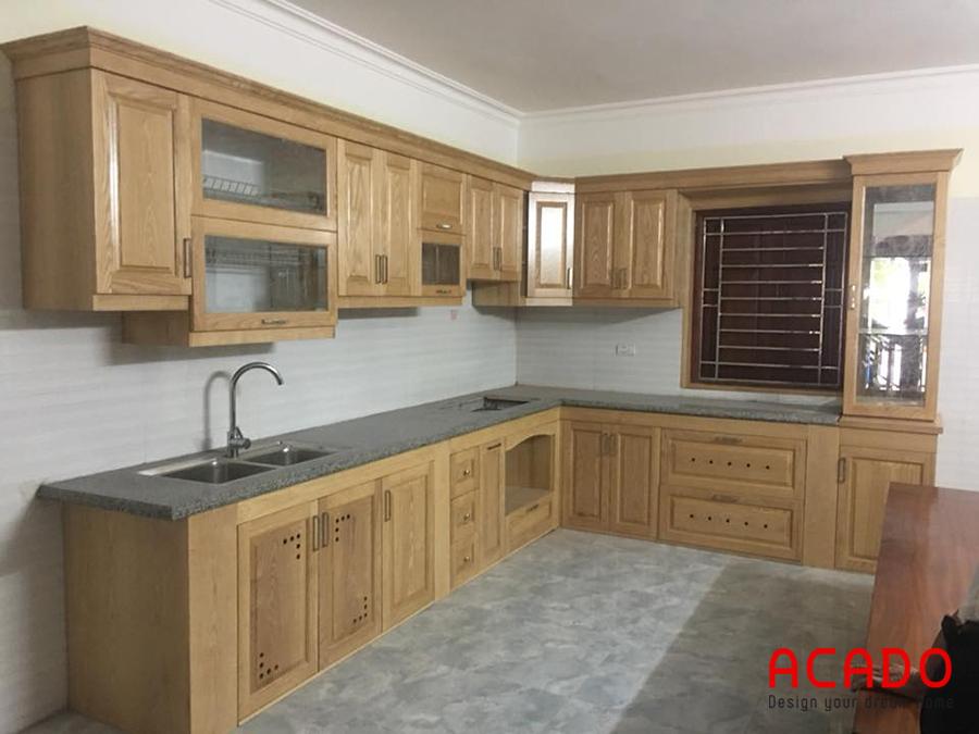 Tủ bếp gỗ Sồi Nga dáng chữ L giúp căn bếp rộng dãi, thông thoáng.