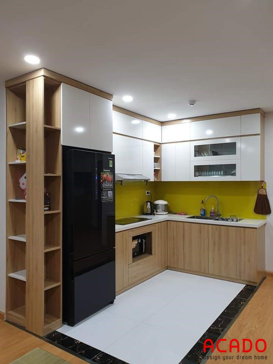 Tủ bếp Acrylic kết hợp màu vân gỗ tone nhẹ nhàng, ấm cúng.