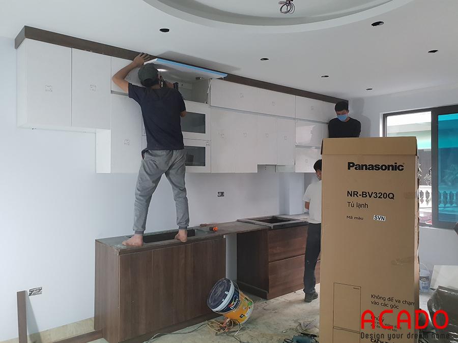 Thợ thi công của ACADO đang tiến hành lắp đặt tủ bếp.