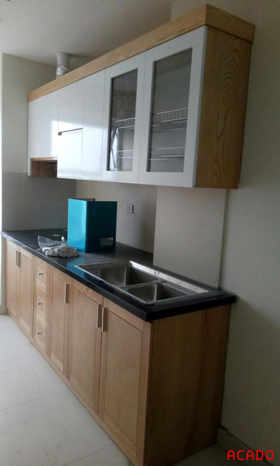 Tủ bếp được thiết kế nhỏ gọn phù hợp với không gian nhưng vẫn đầy đủ công năng.
