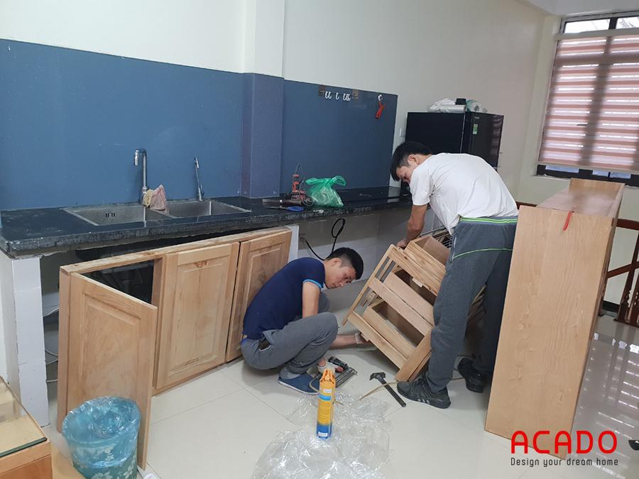 Thợ thi công Acado đang bắt đầu lắp đặt tủ bếp.