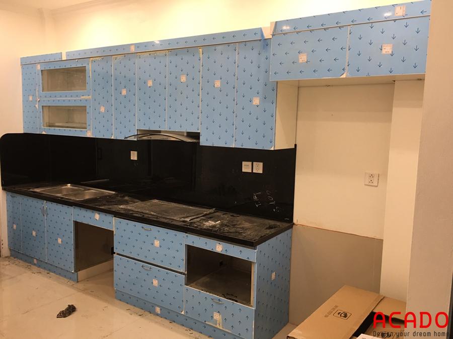 Chỉ cần bóc lớp nilon bảo vệ là có một căn tủ bếp hoàn chỉnh.