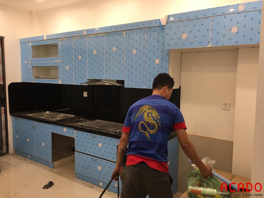 Tủ bếp được thiết kế hình chữ I thuận tiện nấu nướng.