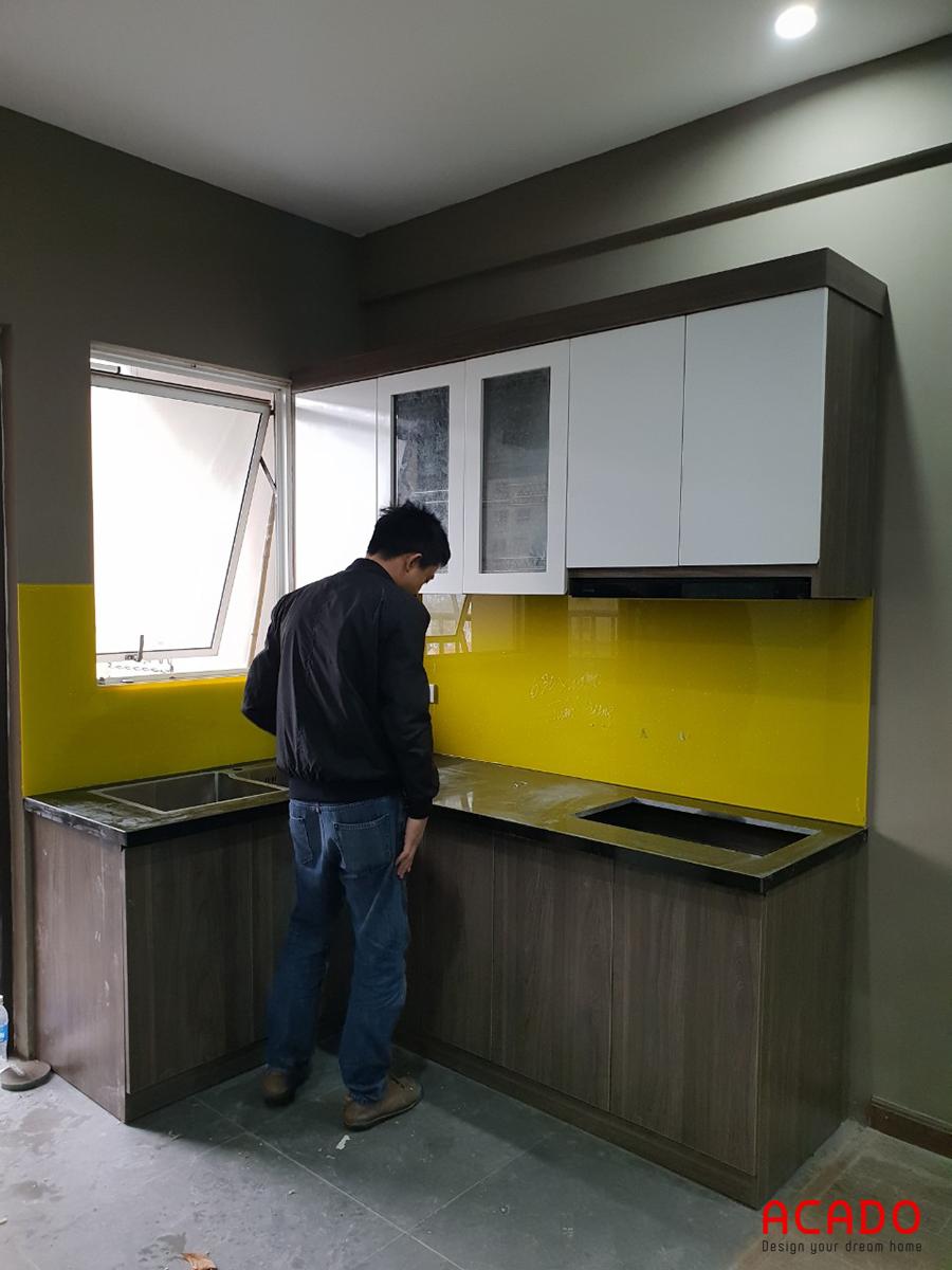 Thi công tủ bếp nhà anh Huy đang ở những công đoạn cuối cùng.