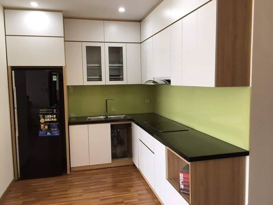 Tủ bếp gỗ công nghiệp thùng tủ sử dụng ván MDF lõi xanh chống ẩm Thái. Bề mặt cánh phủ Laminate.